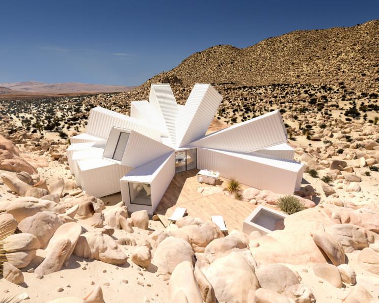 Uma luxuosa casa fabricada com contentores que parece uma flor no deserto da Califórnia